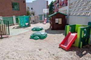 Amplio arenero con columpios y juguetes de la Escuela Infantil Bambú de Alcobendas